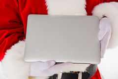 Mão de Santa Claus que mostra o portátil fotos de stock royalty free