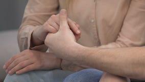 Mão de tomada masculina da esposa no período do problema, no apoio da amizade e no cuidado, auxílio vídeos de arquivo