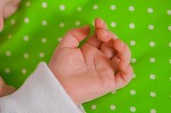 Mão de um bebê pequeno que dorme em um coxim Foto de Stock Royalty Free