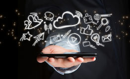 Mão de um dispositivo de terra arrendada do homem com ícones do Internet toda ao redor Fotos de Stock