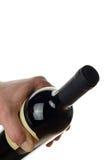 Mão de um garçom que guardara uma garrafa do vinho tinto Fotos de Stock Royalty Free