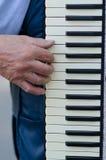 Mão de um homem que joga o acordeão Imagem de Stock