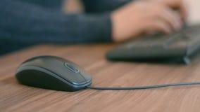 Mão de um homem que trabalha no computador que clica no texto de datilografia do rato no teclado filme