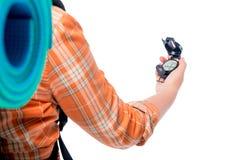 A mão de um turista guarda um close-up do compasso em um branco Imagens de Stock