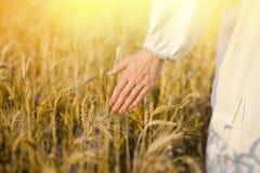 Mão de uma fêmea no toque étnico branco da camisa Foto de Stock