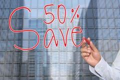 Mão de uma mão do homem de negócios tirada uma palavra das economias 50% Imagens de Stock