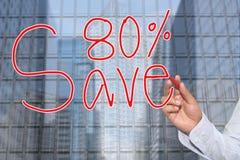Mão de uma mão do homem de negócios tirada uma palavra das economias 80% Fotografia de Stock