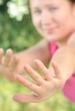 A mão de uma menina com uma cara borrada Foto de Stock