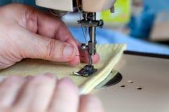 A mão de uma mulher adulta introduz rosqueou a agulha Fotos de Stock Royalty Free