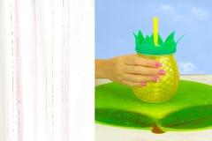A mão de uma mulher com tratamento de mãos cor-de-rosa bonito prega guardar um gla foto de stock royalty free