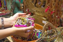 A mão de uma mulher está guardando um bracelete Fotos de Stock Royalty Free