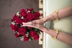 Mão de uma noiva que recebe a água santamente no dia do casamento Fotos de Stock Royalty Free