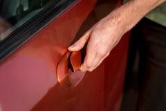 Mão de uma porta de carro da abertura do homem Fotografia de Stock Royalty Free