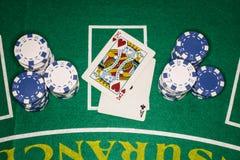 Mão de vencimento do cartão do póquer ao lado do qui azul e branco Fotos de Stock