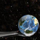 A mão de vidro prende a terra no espaço Imagens de Stock Royalty Free