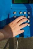 Mão de Woman's que disca um telefone Imagens de Stock