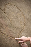 Mão de Womans que desenha um coração Fotos de Stock