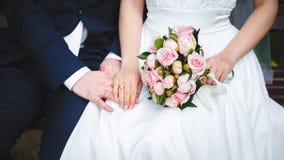 Mão delicada do noivo na mão do ` s da noiva Fotos de Stock