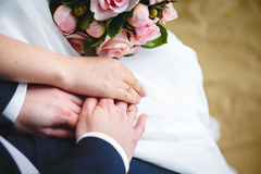 Mão delicada do noivo na mão do ` s da noiva Imagens de Stock Royalty Free