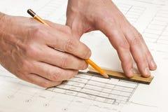 A mão desenha um lápis no desenho Foto de Stock Royalty Free