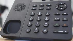 A mão disca o número no telefone A mão do ` s da mulher disca o número fim-UPS video estoque