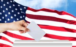 Mão do americano com cédula e da caixa na eleição Imagens de Stock
