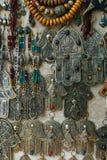 A mão do amuleto de Fatima ou de Hamsa ou Miriams entregam a mão de Miriam Amuleto popular durante todo o Médio Oriente e norte fotos de stock royalty free