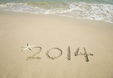 Mão do ano 2014 escrita na areia branca mim Foto de Stock Royalty Free