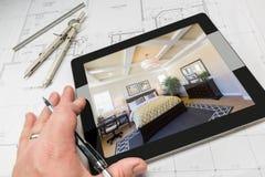 Mão do arquiteto na tabuleta do computador que mostra o quarto sobre a casa Foto de Stock