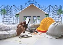 Mão do arquiteto que trabalha na tabuleta do computador com construção Fotografia de Stock Royalty Free