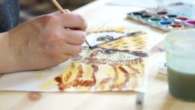 A mão do artista com uma escova video estoque