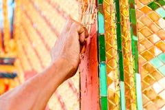 A mão do artista da escultura faz um estilo tailandês tradicional do buddh Fotos de Stock Royalty Free