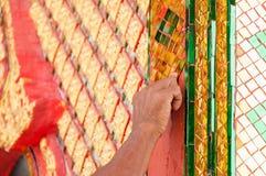 A mão do artista da escultura faz um teste padrão tailandês tradicional do estilo Imagem de Stock Royalty Free