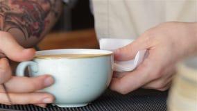 Mão do barista que faz o latte filme