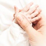 Mão do bebê foto de stock
