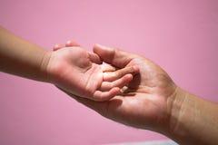 Mão do bebê doente com cargo da injeção das trilhas mim V injeção o foto de stock royalty free
