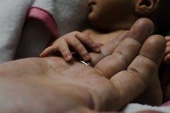 Mão do bebê e mão da mãe imagens de stock