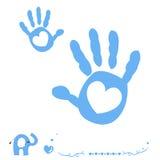 A mão do bebê imprime o cartão de chegada com coração e elefante Foto de Stock Royalty Free