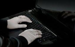 Mão do cabouqueiro no portátil Fotografia de Stock