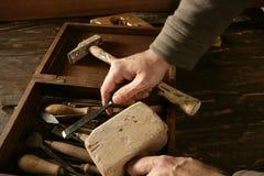 A mão do carpinteiro de Craftman utiliza ferramentas o artista Imagem de Stock Royalty Free