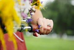 Mão do close-up da mulher bonita nova Fotografia de Stock