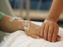 Mão do close up para incentivar pacientes dormir a salino na divisão de hospital para obter bem logo foto de stock royalty free