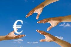 Mão do concorrente a esforçar-se para o euro- ícone Foto de Stock Royalty Free