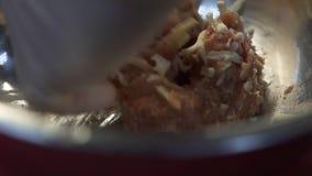 Mão do cozinheiro na luva de borracha que mistura a carne triturada com os chees no fim de alumínio profundo da bacia acima Cozim vídeos de arquivo