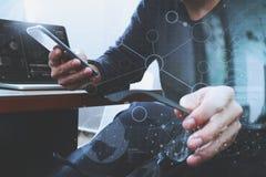 Mão do desenhista usando a compra em linha dos pagamentos móveis, canal do omni Fotos de Stock