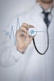 Mão do doutor com batimento cardíaco de escuta do estetoscópio imagens de stock