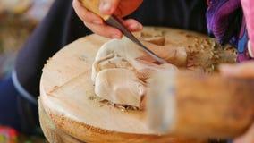 Mão do escultor que cinzela a madeira filme