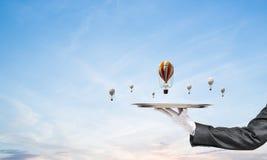 Mão do garçom que apresenta balões na bandeja Imagens de Stock Royalty Free