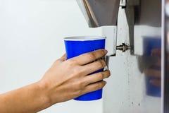 Mão do gelo do serviço da mulher da máquina do fabricante de gelo fotografia de stock
