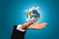 Mão do globo da terra da posse do homem de negócio Foto de Stock Royalty Free